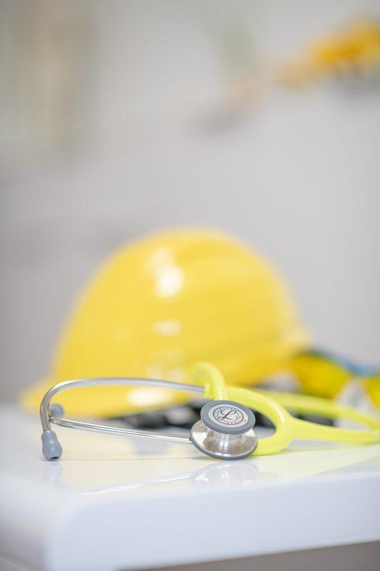 dr-gasse_praxis_arbeitsmedizin_helm-und-stethoskop_dsc_5981