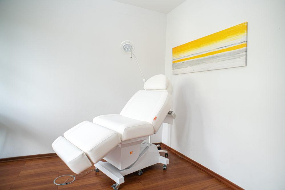 dr-gasse_praxis_aesthetische-dermatologie_behandlungsliege_dsc_7552